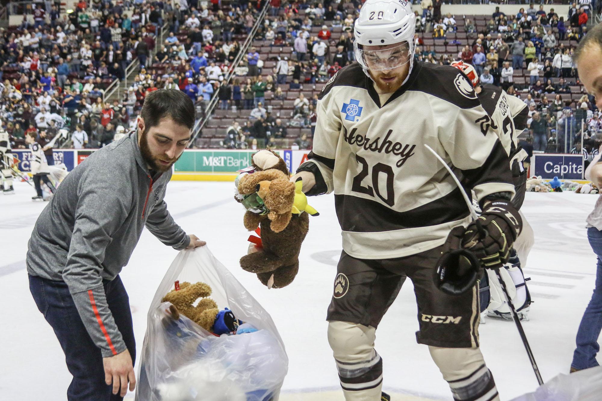 Hershey Bears Set Teddy Bear Toss Record 2017 16