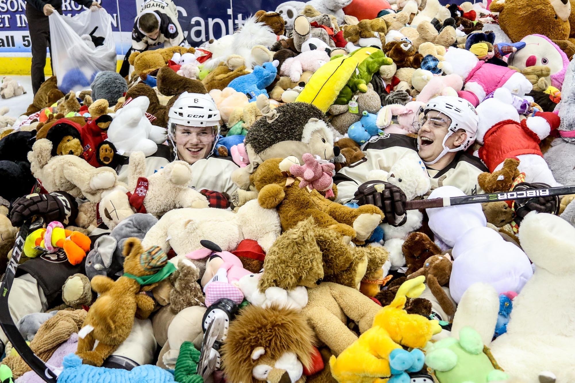 Hershey Bears Set Teddy Bear Toss Record 2017 7